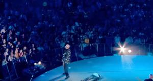 Peter Gabriel in z'n lichtjes pak.