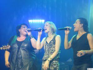 Ilse DeLange met haar achtergrond zangeressen